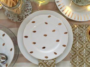 platos blancos con dorado